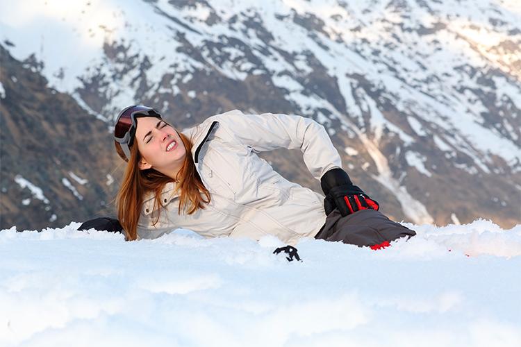 Bolesť pri lyžovaní. Zdroj obrázka: www.shutterstock.com